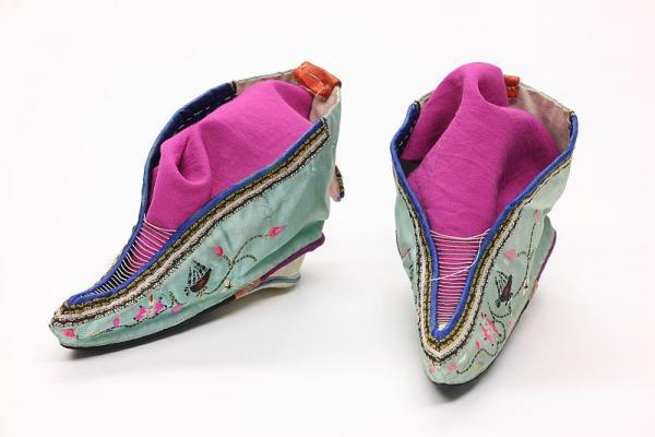 Des chaussures pour pieds bandés.