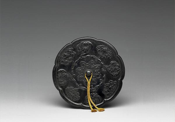 Miroir en bronze sous forme de tournesol avec motif de fleur, dynastie des Tang (618-907). (Image : Musée national du Palais, Taipei / @CC BY4.0)
