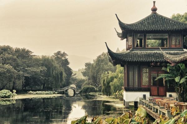 Un jour, Qianlong se déguisa lui-même sous les traits d'un roturier, et prit un thé dans un salon de thé des environs avec son groupe de conseillers. (