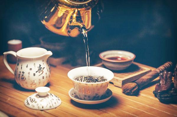 Cérémonie du thé : sens du tapotement des doigts ?