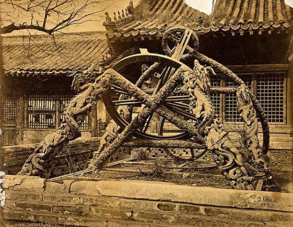 Un instrument d'astronomie en bronze sur un socle orné d'un dragon debout, construit par des prêtres Jésuites à partir d'un objet original Chinois, de l'ancien Observatoire de Pékin. (Image: Welcome Collection viawikimedia CC BY 4.0)