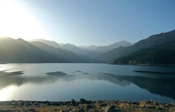 Le lac du ciel dans le Xinjiang, en Chine. (Image : Yaoleilei via wikimedia CC BY-SA 3.0)