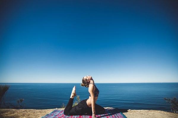 Quand on s'étire, le corps soulève naturellement les bras et les côtes et amplifie la poitrine, ce qui fortifie le diaphragme et favorise la respiration profonde