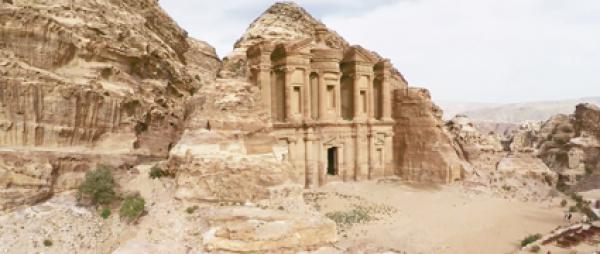 Alors que les neuf dixièmes de la Jordanie sont un désert aride, ceci est fait pour ses paysages spectaculaires, ses ruines antiques,Petra. (Capture d'écran / Vimeo)