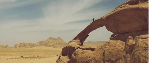 Incroyables vues aériennes des roches du Wadi Rum dans le désert de Jordanie. (Capture d'écran / Vimeo)