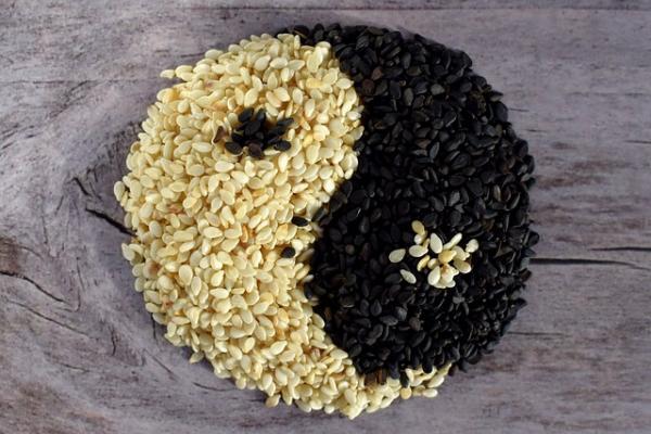 La médecine traditionnelle chinoise considère les graines de sésame noir comme un stimulant énergétique qui nourrit le cerveau, restitue la couleur des cheveux, soulage les voies respiratoires et hydrate la peau. (Image:Enotovyj/Pixabay )