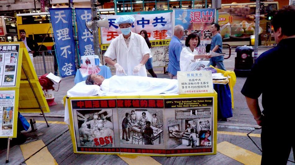 Les pratiquants de Falun Gong à Hong Kong sensibilisent aux prélèvements forcés.