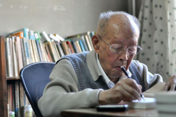 Zhouyou Guang vient d'avoir 111 ans. Il est reconnu comme le père du pinyin, l'alphabet phonétique chinois. (Image : wikimedia /Fong C / CC BY-SA)