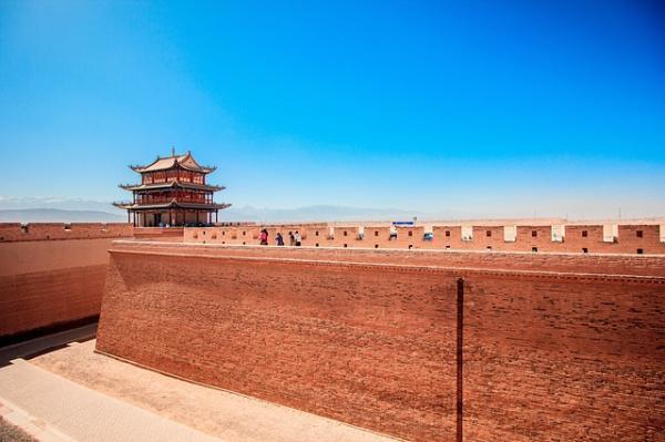 Le col de Jiayuguan, dans le nord-ouest de la Chine, est l'un des monuments les plus splendides de la région, faisant partie de la Grande Muraille du Gansu. (Image : 该图片由斌 余在 / Pixabay /上发布)