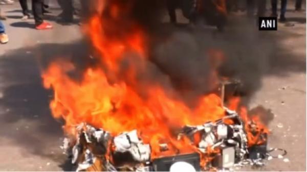 Des organisations commerciales en Inde ont brûlé des produits chinois en signe de protestation contre le refus de Beijing de mettre Masood Azhar sur la liste noire. (Image:  / Youtube )