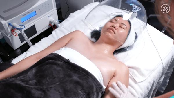 Une étude analysant les effets des ondes de 60 Gigahertz a conclu que plus de 90 % de l'énergie transmise est absorbée par les couches du derme et de l'épiderme de la peau. (Image: Capture d'écran / YouTube)