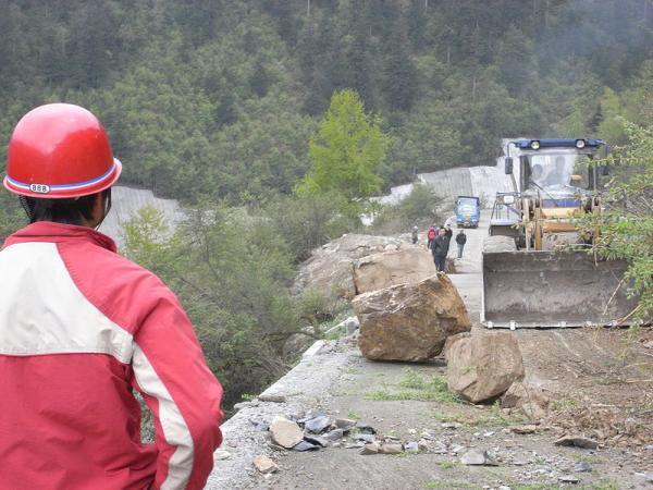 La pluie et les éboulements entravent la progression des secours vers les zones touchées (Séisme de 2008 au Sichuan) .(Courtesy of Miniwiki.org / domaine public)