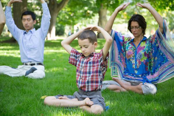 La mère enseigne à son fils comment faire les exercices du Falun Gong. (Image: Wikimedia commons)
