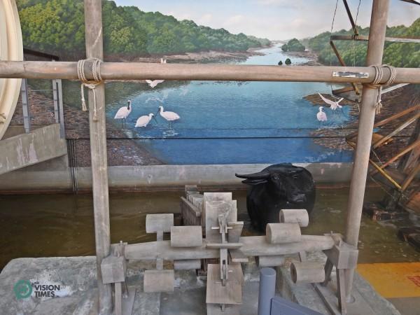 La roue à eau «os de dragon» et les buffles d'eau étaient précieux pour les agriculteurs taïwanais de l'époque. (Image: Billy Shyu / Vision Times)
