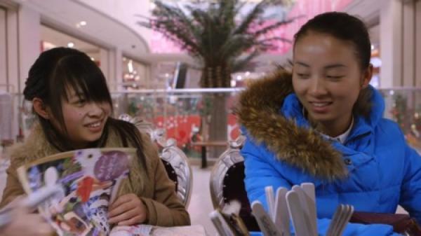 Selon des estimations, les chinois ont seulement 2.27 heures environ de temps de loisirs par jour. (Image: Screenshot / YouTube)