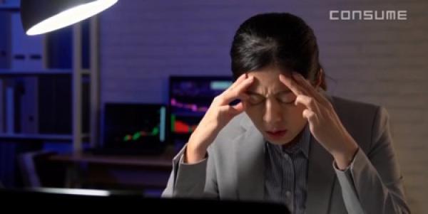Selon un rapport du gouvernement publié 'an passé, 50 pour cent des employés techniques ont admis être fatigués tous les jours en raison d'une charge de travail excessive. (Image: Screenshot / YouTube)