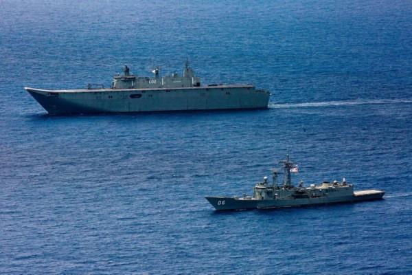 Les HMAS Canberra et HMAS Newcastle naviguant , dans le cadre de  la formation 'Indo-Pacific Endeavour 2019. (Image: Navy Daily / CC0 1.0 )