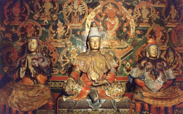 Le roi tibétain Songtsan Gampo entouré de ses épouses, la princesse Bhrikuti du Népal (à gauche) et la princesse Wencheng de Chine (à droite) (Image: wikimedia / CC0 1.0)