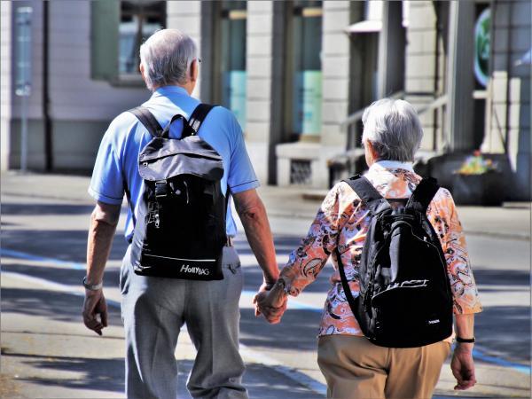 La nouvelle recherche analyse  la quantité et la qualité de toutes les sortes de relations que les personnes âgées entretiennent, et pas seulement celles qui existent entre les conjoints ou les parents et les enfants adultes. (Image: Pasja1000 /Pixabay)