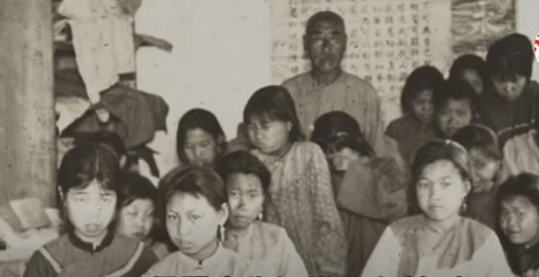 Une école des filles sous la dynastie Qing. (Image : Capture d'écran / YouTube)
