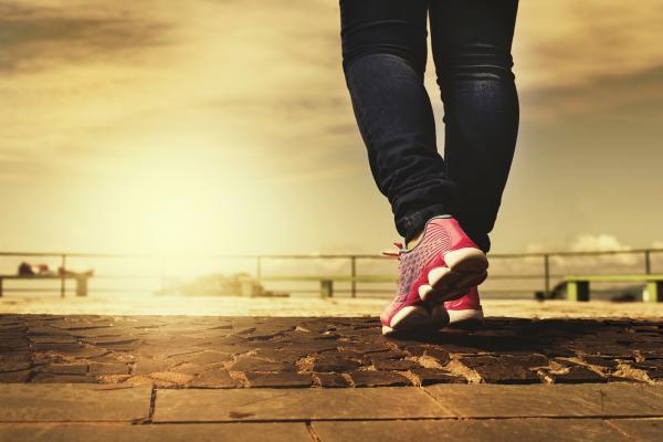 Une façon simple pour devenir actif est de pratiquer la marche à pied. (Image : Fotorech/ Pixabay)