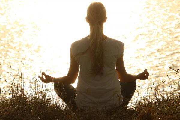 La méditation est une méthode excellente pour apaiser le corps et l'esprit. (Image : Pexels / Pixabay)