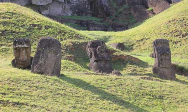 Une nouvelle étude sur les outils utilisés pour créer les statues géantes de l'île de Pâques évoque une société dans laquelle les gens collaboraient et partagaient l'information. (Image : Dale Simpson, Jr.)