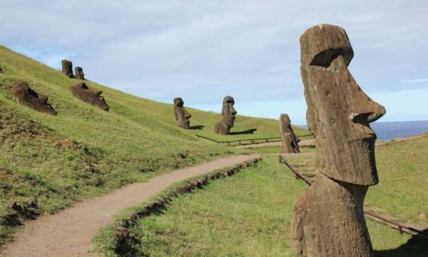Statues de l'île de Pâques à Rano Raraku. (Image : Dale Simpson, Jr.)