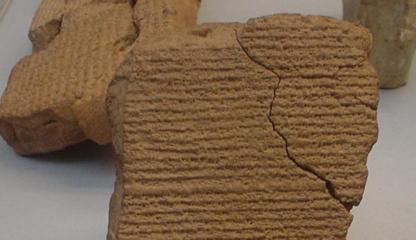 Les anciennes tablettes babyloniennes contiennent des informations mathématiques étonnantes. (Image: Wikimedia)