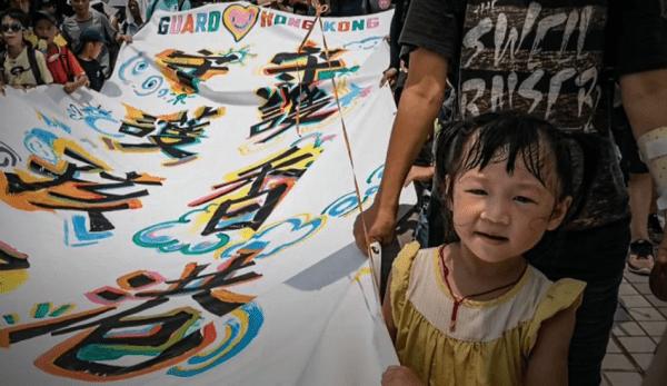 Les manifestations à Hong Kong n'ont pas seulement vu la participation des jeunes et des militants, mais aussi celle des familles qui sortent avec leurs enfants. Bon nombre des parents participants croient qu'il est nécessaire d'inculquer la valeur de la lutte pour la liberté dès l'enfance.