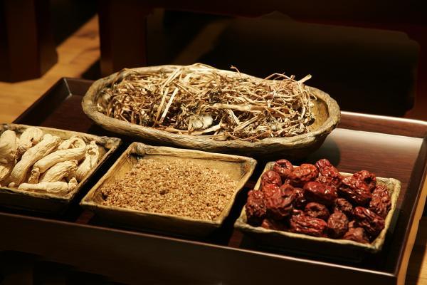 Beaucoup de gens essaient de fusionner la médecine traditionnelle chinoise avec les traitements modernes. (Image: Mac8739 / Pixabay)