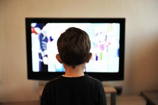 Le fait de limiter la télévision permet de s'assurer que les enfants ne seront pas influencés par des habitudes négatives affichées à la télévision. (Image : Mojzagrebinfo / Pixabay)