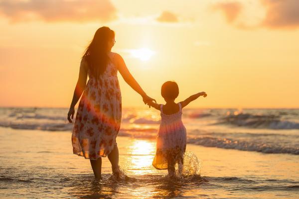 Les chercheurs ont constaté que les groupes dans lesquels la mère lisait et jouait avec ses enfants voyaient un taux très élevé de communication entre les deux parties. (Image: Sasint / Pixabay)