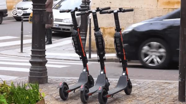 Les villes n'ont jamais été conçues avec l'infrastructure nécessaire pour gérer des milliers de scooters électroniques. (Image: Capture / YouTube)