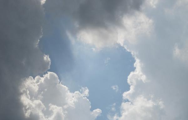 Selon la mythologie chinoise, après l'ouverture du ciel et de la terre par Pangu (盤古), les dieux descendirent du ciel l'un après l'autre pour créer différentes races et ethnies sur la terre, selon leur propre image. (Image : Image :skeeze/Pixabay)
