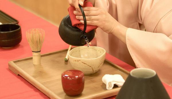 La cérémonie du thé japonaise intègre les principes du zen (Image : Wikimédia)