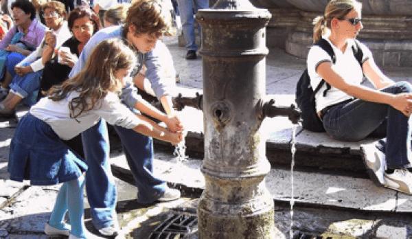 Rome offre de l'eau potable gratuite grâce à ses nombreux nasoni. (Image: wikimedia / GNU FDL)