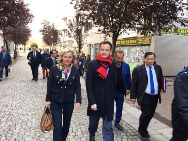 Pierre-Yves Bournazel vaà la rencontre des habitants du quartier asiatique le 18 octobre 2019 à Paris. (Photo: Vision Times)