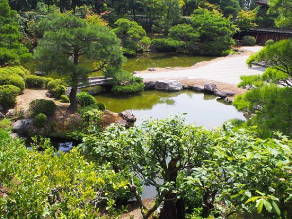 De nos jours, les jardins zen sont de plus en plus populaires dans le monde entier car les gens trouvent que de tels endroits sont extrêmement tranquilles. (Image:gpahud/Pixabay)