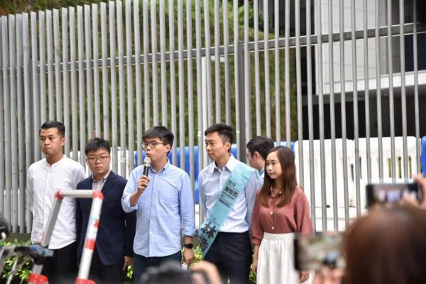 """Joshua Wong a réagi en publiant cette déclaration sur Facebook :« Je condamne fortement le fait que le gouvernement se livre à un filtrage politique et à la censure, et me prive de mes droits politiques…"""""""
