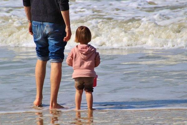 Des études psychologiques montrent que l'accomplissement d'un enfant est grandement affecté par la relation père-enfant. (pixabay)
