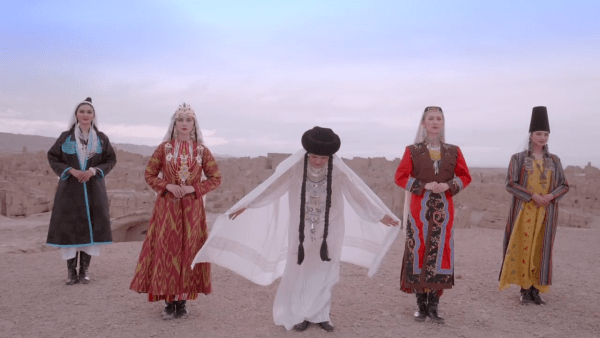 Alors que le Hanfu gagne en popularité, les vêtements traditionnels des groupes ethniques minoritaires tels que les Ouïghours sont délaissés. (Image: Capture d'écran / YouTube)