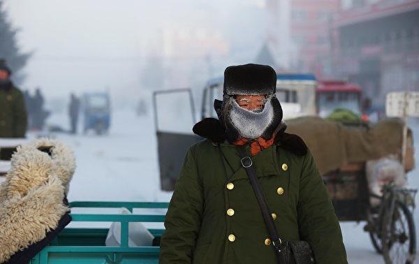 Par suite d'une pénurie de charbon, Ni Kuang a démonté un pont de bois pour en faire du bois de chauffage,  pensant qu'il sauvait ainsi la vie de ses camarades, mais il a été accusé d'un crime grave – « vandalisme de propriété publique ». (Image: via ET)