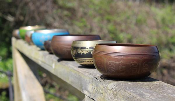 Les bols chantants tibétains sont utilisés depuis des siècles par les moines bouddhistes tibétains dans la pratique méditative. (Image : Pixabay)