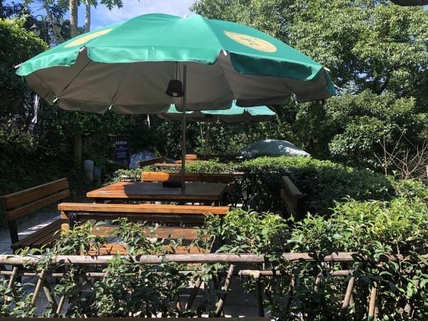 Les visiteurs peuvent s'initier à la culture du thé autour d'une table entourée de théiers vivants, située à l'extérieur du salon de thé. (Image: Billy Shyu / Vision Times)