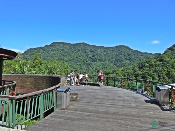 La plate-forme en bois incurvée permet aux visiteurs d'apprécier la beauté de la nature à Maokong. (Image: Julia Fu/Vision Times)