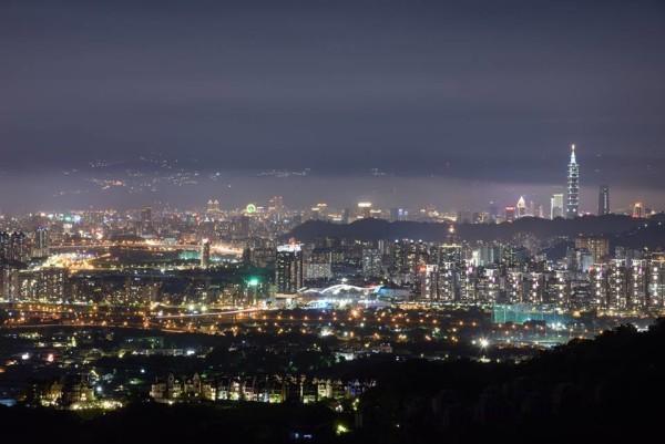 La magnifique vue de nuit sur la ville de Taipei et de sa célèbre Tour 101 qui scintille au loin. (Image: Avec l'aimable autorisation du king-thai So)
