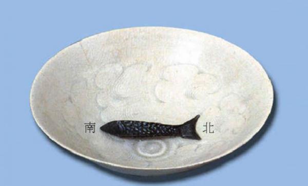 La plus ancienne invention comparable à la boussole était appelée « chariot pointant vers le sud ». La première mention d'une boussole magnétique remonte à environ 1040 de notre ère – il s'agissait d'un bol d'eau sur lequel flottait un « poisson » pointant vers le sud. (Image: Shenyunperformingarts.org)