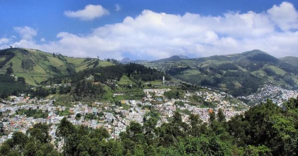 Quito, capitale de l'Équateur, est située à plus de 2800 m d'altitude au coeur d'une grande vallée de la cordillère des Andes. Elle est entourée de montagnes, dont plusieurs sont des volcans actifs. Les séismes provoqués par les éruptions volcaniques y sont de moindre intensité et se situent proches du volcan. (Image: pixabay/Albert Dezetter)