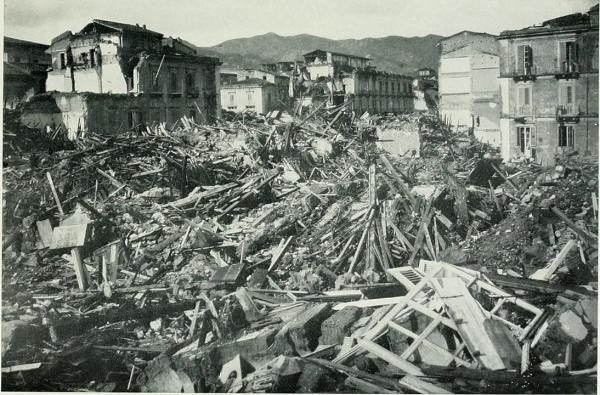 Le séisme de 1908 à Messine a duré de 30 à 40 secondes et a été suivi d'un tsunami qui a détruit les villes de Messine, Reggio de Calabre et Palmi. La catastrophe a fait de 75 000 à 200 000 morts selon les estimations.
